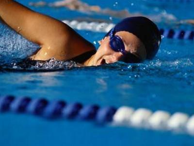 Сколько калорий сжигается при плавании?